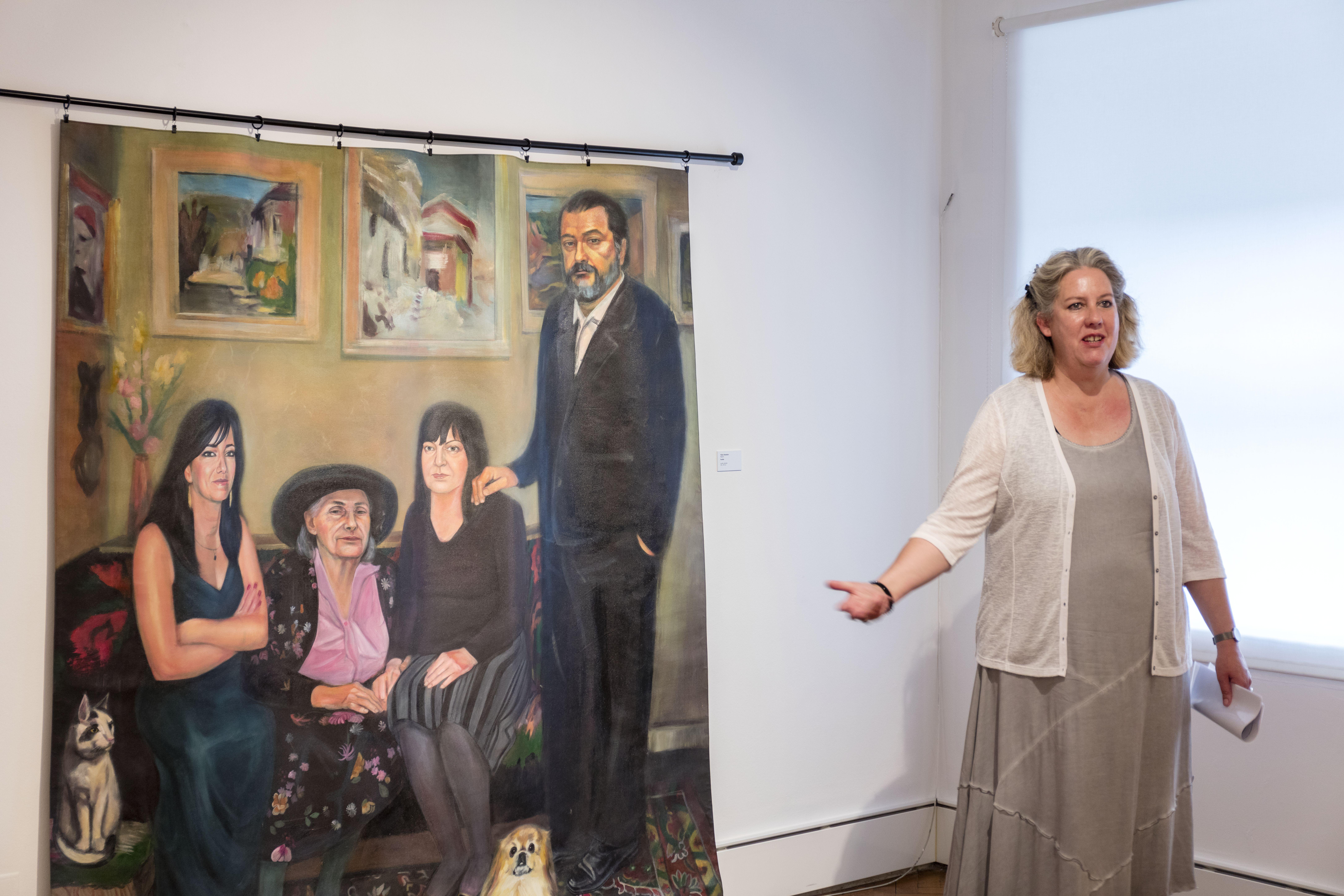 Swantje Volkmann führt durch die Ausstellung